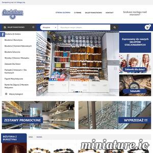 """Działalność firmy """"Pamiątkowo"""" rozpoczęła się w 2008 roku, kiedy został otwarty nasz pierwszy sklep z pamiątkami w Ustroniu Morskim. W kolejnych latach rozwijaliśmy naszą działalność i aktualnie mamy dwa sklepy całoroczne znajdujące się w Mielnie oraz Ustce. Jednocześnie cały czas prowadzimy  w sezonie letnim sprzedaż w Ustroniu Morskim, Sianożętach, Parku Rozrywki Pomerania oraz od 2020 roku w Pogorzelicy. Dodatkowo w 2019 roku rozpoczęliśmy sprzedaż internetową."""